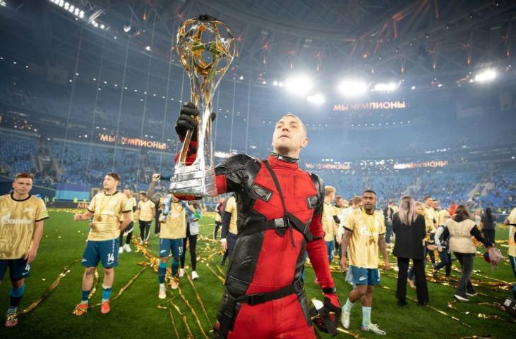 Artem Dzyuba Holding The Trophy