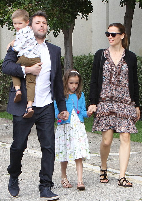 Ben affleck  with his wife jennifer garner and thier kids