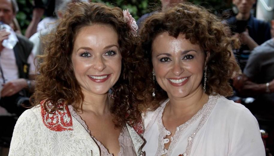 Julia Sawalha siblings