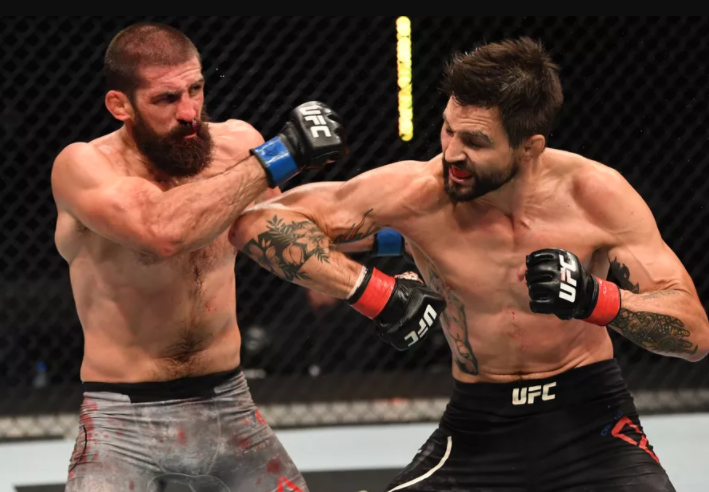 Carlos Condit fighting against Court McGee