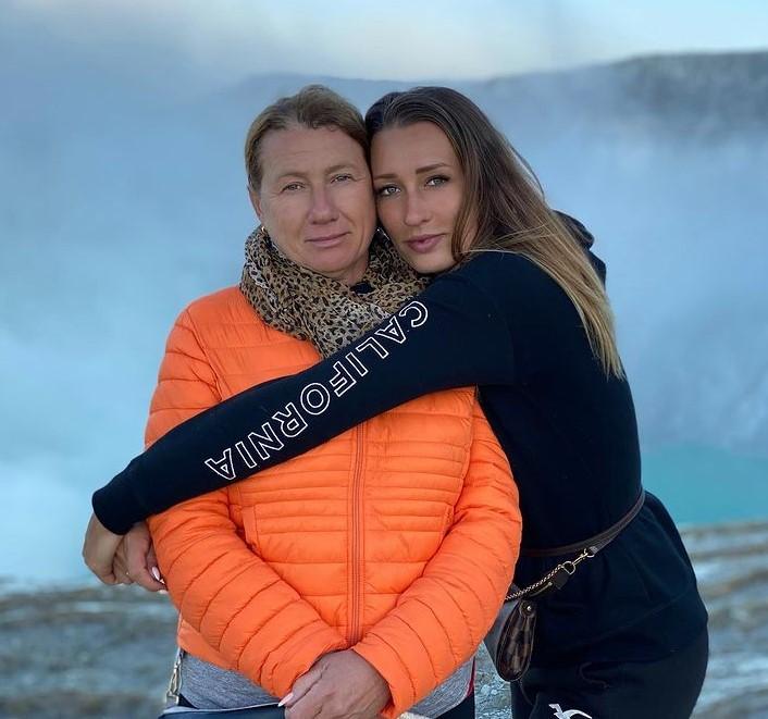 Yana Sizikova mother