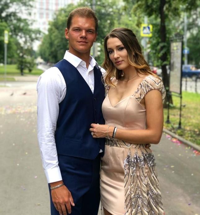Yana Sizikova dating