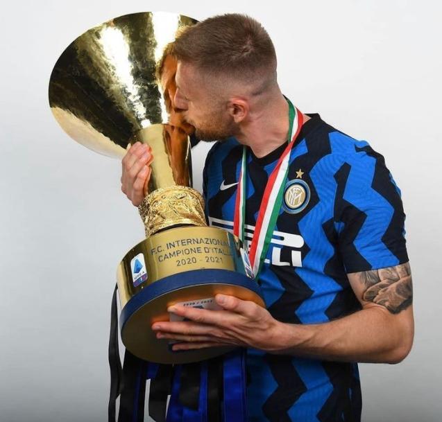 Milan Skriniar Kissing Trophy