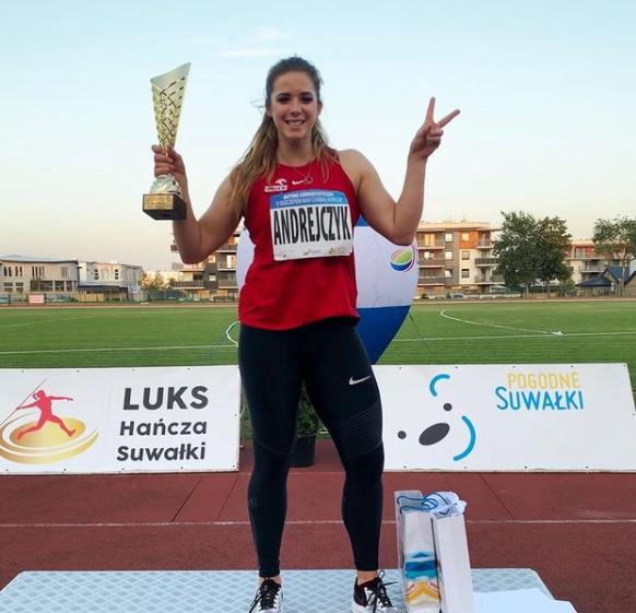 Maria Andrejczyk with her award