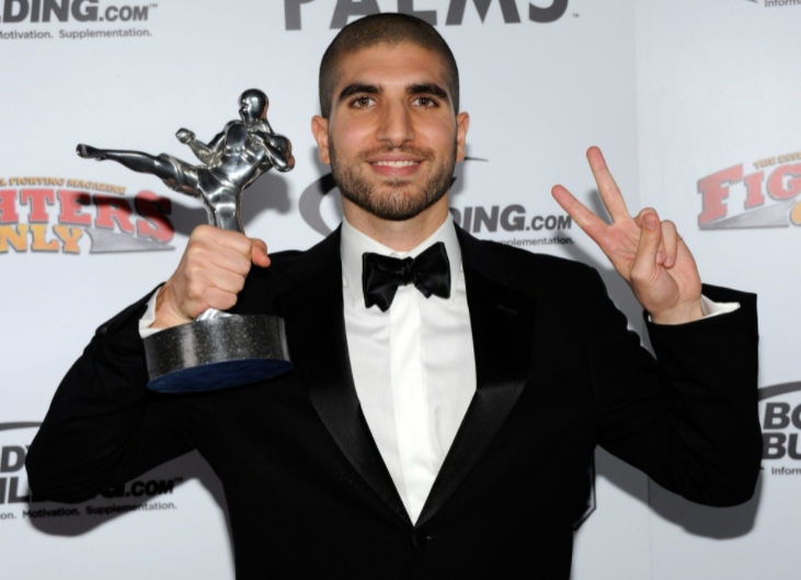 Ariel Helwani with his award